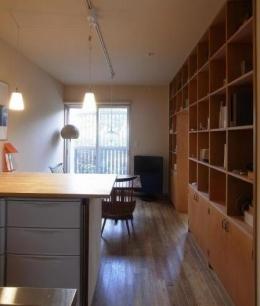 ローコストリノベーション  無機質空間から木質空間へ (キッチンからダイニングを見る。壁:間仕切り兼収納)