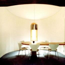 石南亭 (居間から半円の食堂を見る)