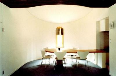 居間から半円の食堂を見る (石南亭)