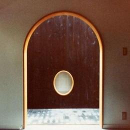石南亭 (和室の楕円窓)