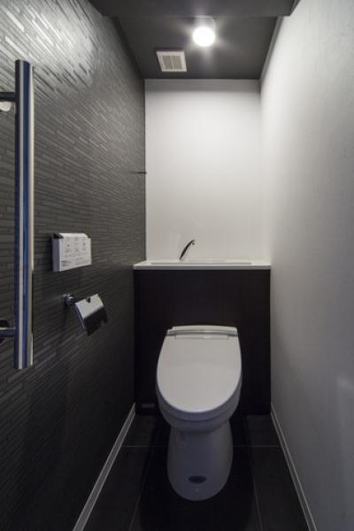 トイレ (要望を叶えた大空間には収納もたっぷり。ホテルライクに暮らせる、洗練のデザイン空間)