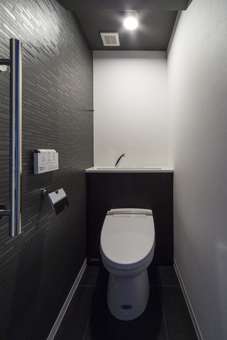 要望を叶えた大空間には収納もたっぷり。ホテルライクに暮らせる、洗練のデザイン空間 (トイレ)