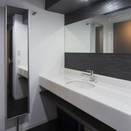要望を叶えた大空間には収納もたっぷり。ホテルライクに暮らせる、洗練のデザイン空間 (洗面台)