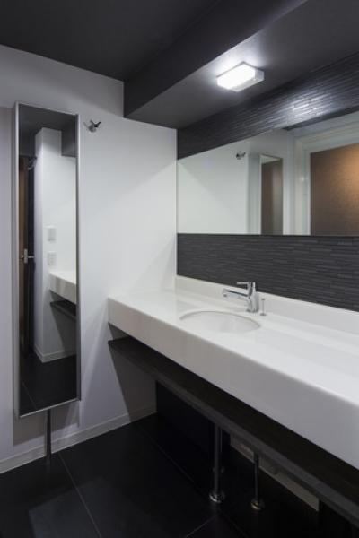 洗面台 (要望を叶えた大空間には収納もたっぷり。ホテルライクに暮らせる、洗練のデザイン空間)