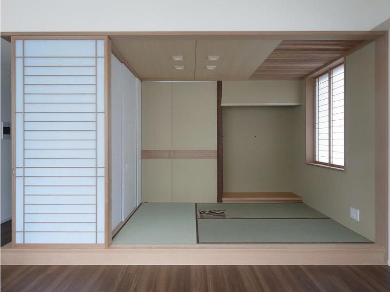 マンションに仏間⇔茶室  住まいの一角に心落ち着く空間をの部屋 茶室を開けた状態/リビング側より