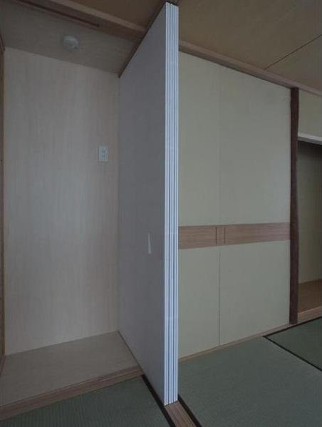 マンションに仏間⇔茶室  住まいの一角に心落ち着く空間をの部屋 建具開閉1/左側に置き水屋を配置する