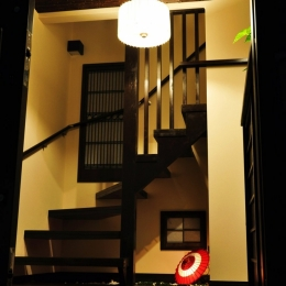 都心の狭小地で京和風の家 (玄関(階段))