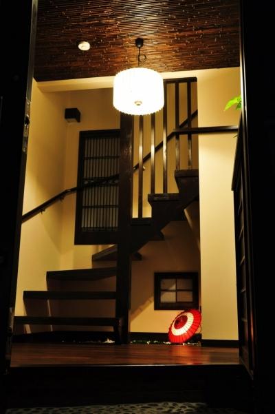玄関(階段) (都心の狭小地で京和風の家)
