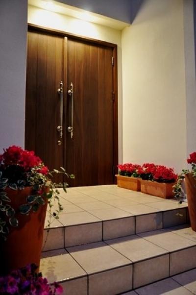 2世帯住宅+エステサロンの併用住宅 (オリジナル玄関ドア)