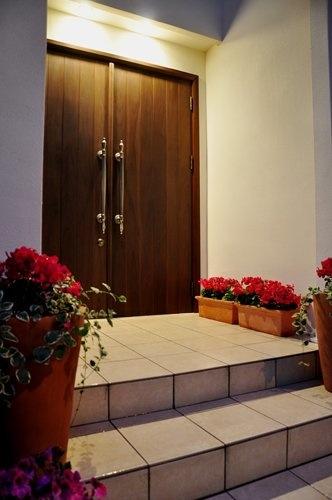 2世帯住宅+エステサロンの併用住宅の部屋 オリジナル玄関ドア