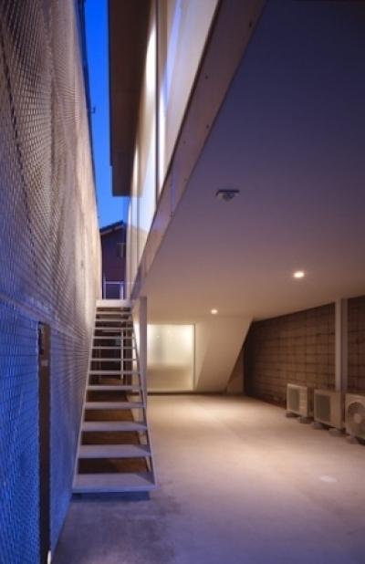 エントランスへの階段 ピロティ(撮影:T.KURUMATA) (house H)