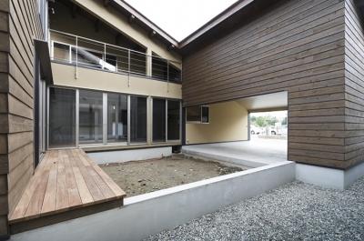 中庭(日中)(撮影:Tomohiro Sakashita) (燻の家)