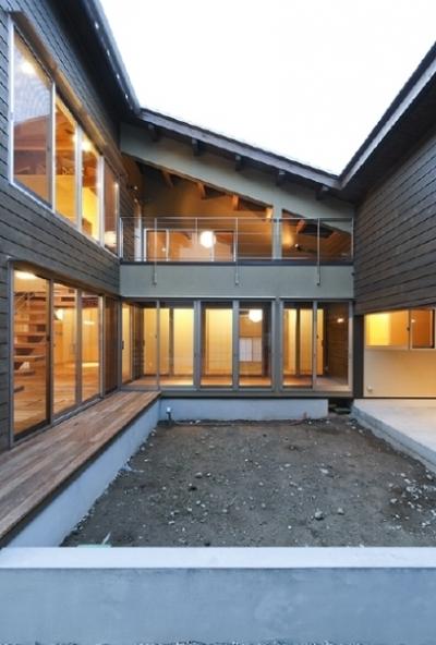 燻の家 (中庭(点灯)(撮影:Tomohiro Sakashita))