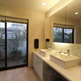 中庭のある家(1) (広々とした洗面スペース)