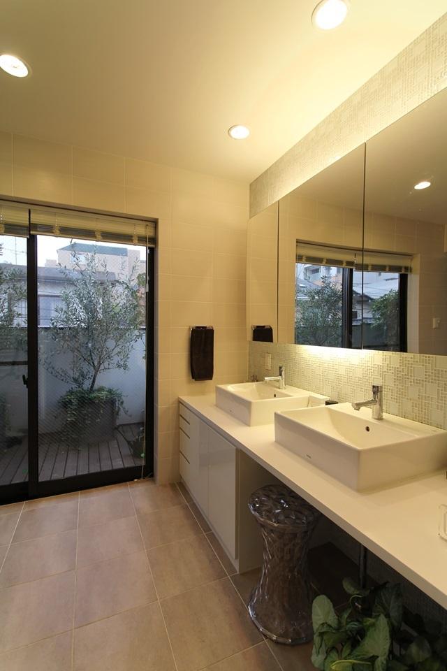 中庭のある家(1)の写真 広々とした洗面スペース
