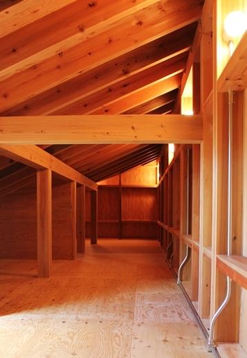 つづく家の部屋 屋根裏-梁