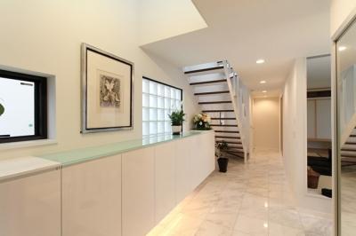 白を基調とした玄関ホール (中庭のある家(1))
