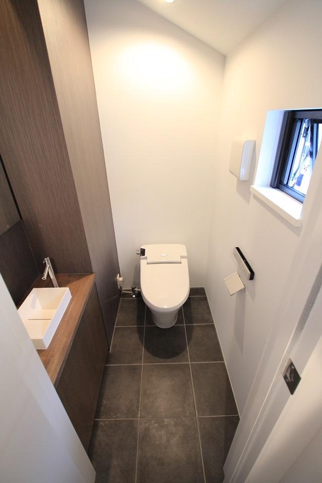 パーティーキッチンの家(1)の部屋 シンプルなトイレ