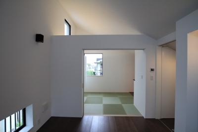 モダンなデザインの和室 (パーティーキッチンの家(1))