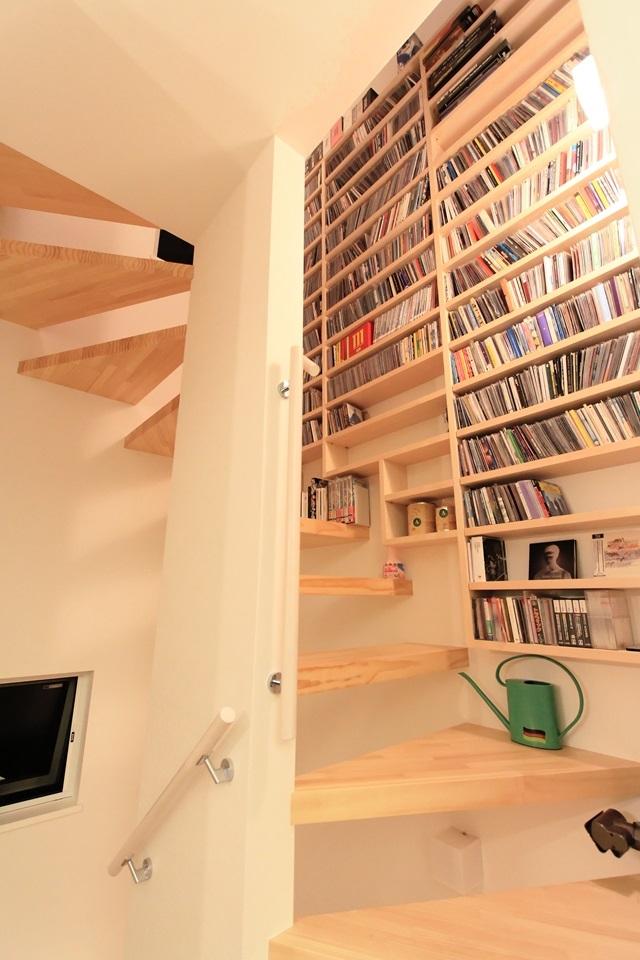 NATURAL&ACCENT-COLORの部屋 驚きの壁面収納力を持つ階段