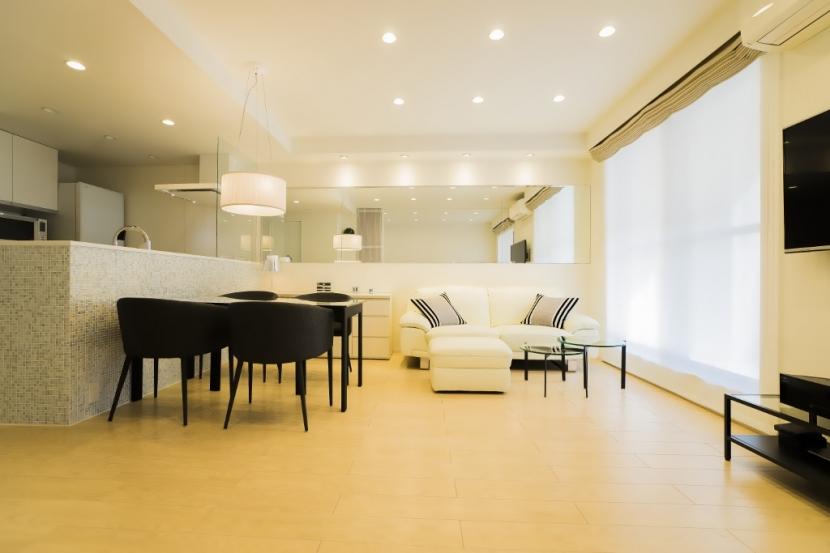 リフォーム・リノベーション会社:QUALIA「ベネツィアンモザイクタイルが映えるホワイトを基調とした上品な空間」