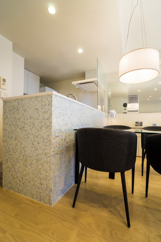 ベネツィアンモザイクタイルが映えるホワイトを基調とした上品な空間の写真 リビングダイニングキッチン