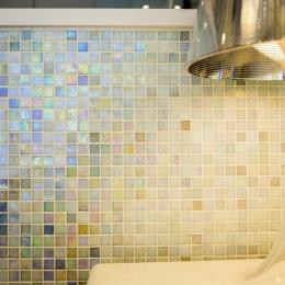 ベネツィアンモザイクタイルが映えるホワイトを基調とした上品な空間