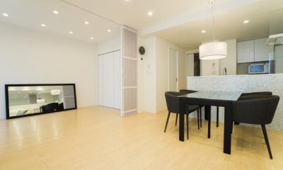 ベネツィアンモザイクタイルが映えるホワイトを基調とした上品な空間 (リビングダイニングキッチン)