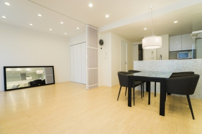 リビングダイニングキッチン (ベネツィアンモザイクタイルが映えるホワイトを基調とした上品な空間)