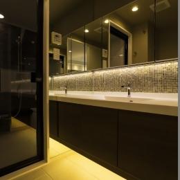 ベネツィアンモザイクタイルが映えるホワイトを基調とした上品な空間 (サニタリー)