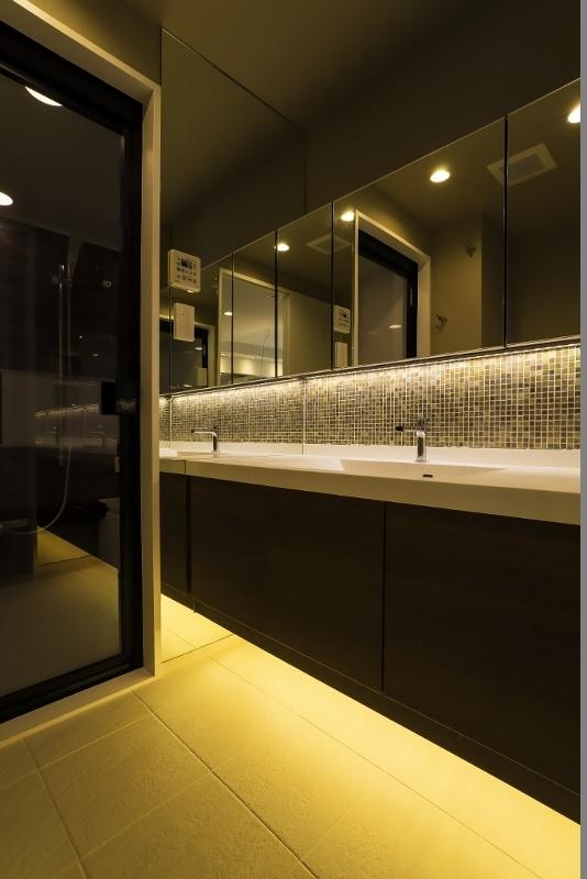 リノベーション・リフォーム会社:QUALIA「ベネツィアンモザイクタイルが映えるホワイトを基調とした上品な空間」
