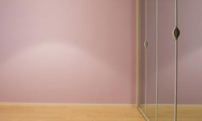 ベネツィアンモザイクタイルが映えるホワイトを基調とした上品な空間 (子供部屋)