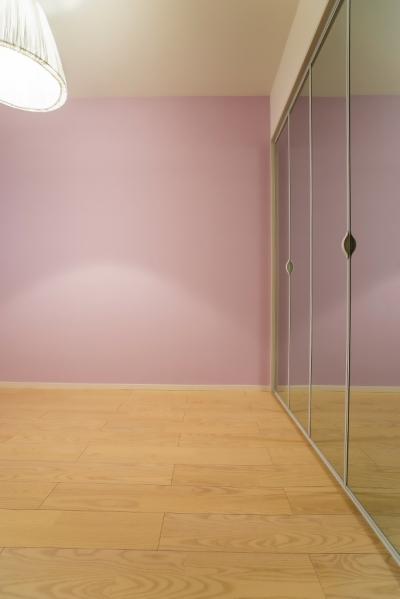 子供部屋 (ベネツィアンモザイクタイルが映えるホワイトを基調とした上品な空間)