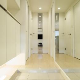 ベネツィアンモザイクタイルが映えるホワイトを基調とした上品な空間 (ホール)