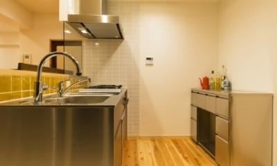 高級旅館の内風呂のような浴室がある和とレトロな質感に包まれた住まい (キッチン)