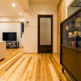 高級旅館の内風呂のような浴室がある和とレトロな質感に包まれた住まい (リビングダイニング)