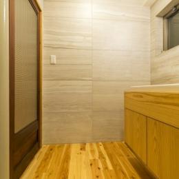 高級旅館の内風呂のような浴室がある和とレトロな質感に包まれた住まい (サニタリー)