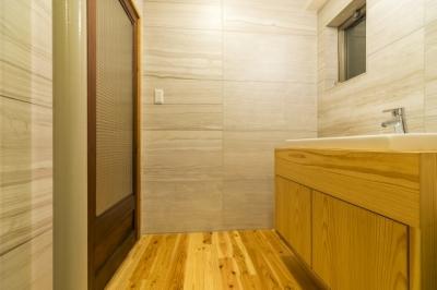 サニタリー (高級旅館の内風呂のような浴室がある和とレトロな質感に包まれた住まい)