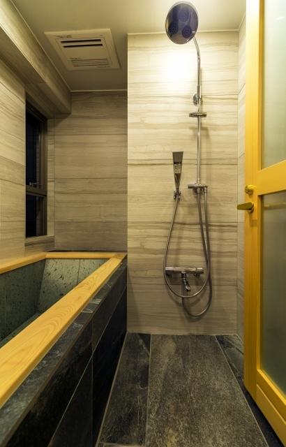 リノベーション・リフォーム会社:QUALIA「高級旅館の内風呂のような浴室がある和とレトロな質感に包まれた住まい」