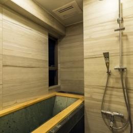 高級旅館の内風呂のような浴室がある和とレトロな質感に包まれた住まい (バスルーム)