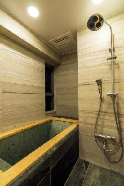 バスルーム (高級旅館の内風呂のような浴室がある和とレトロな質感に包まれた住まい)