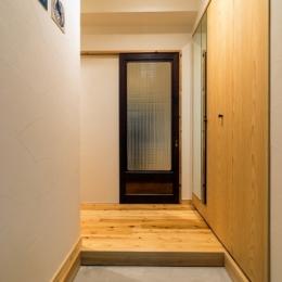 高級旅館の内風呂のような浴室がある和とレトロな質感に包まれた住まい (ホール)