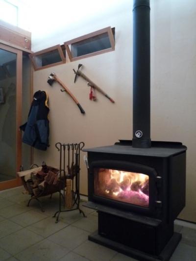 天然エネルギーの薪ストーブ (大自然の中で時間の流れを楽しむ家|那須の週末住宅)