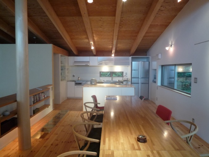 大自然の中で時間の流れを楽しむ家|那須の週末住宅 (キッチン・ダイニング)
