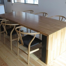 可変する大きなダイニングテーブル (栃木県那須町・薪ストーブと土間の家|那須の週末住宅)