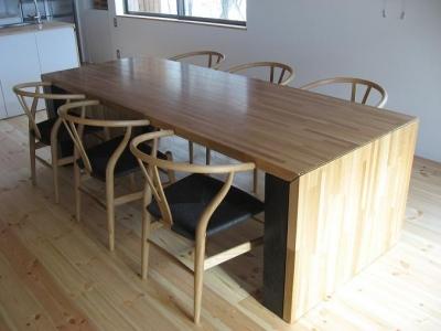 可変する大きなダイニングテーブル (大自然の中で時間の流れを楽しむ家|那須の週末住宅)