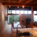 キッチンから屋外テラスを見る