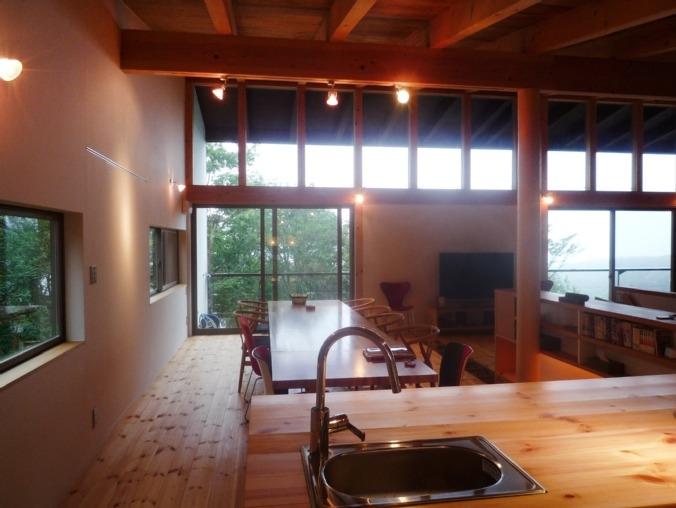 大自然の中で時間の流れを楽しむ家|那須の週末住宅 (キッチンから屋外テラスを見る)