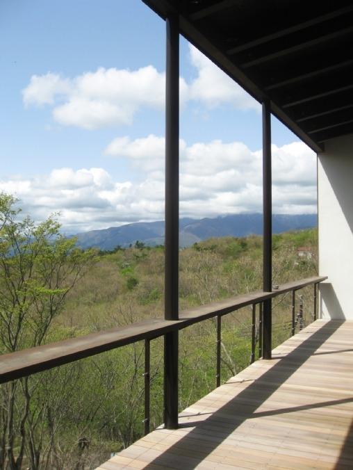 大自然の中で時間の流れを楽しむ家|那須の週末住宅 (2階テラス)