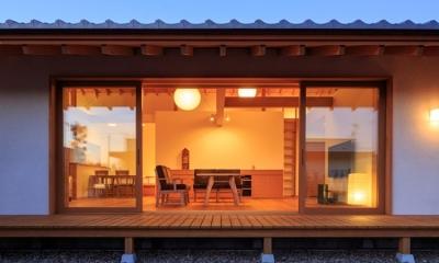 素直な家 (庭から眺めるリビング)